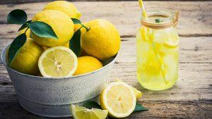 فوائد و أضرار أكل الليمون بقشره على الريق