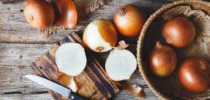 فوائد و أضرار اكل البصل على الريق