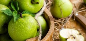 فوائد اكل التفاح الاخضر على الريق