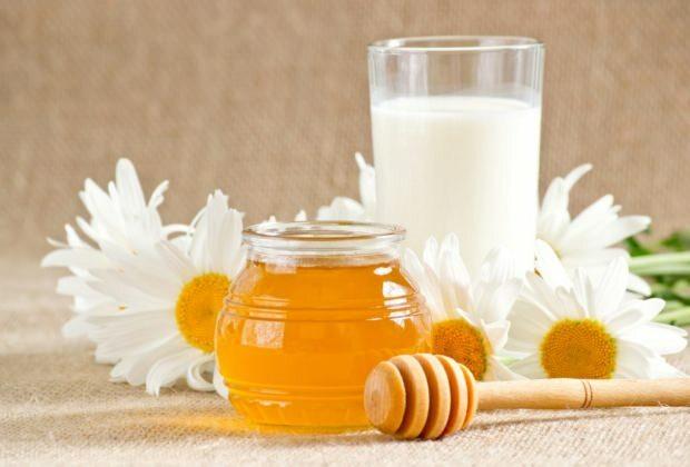 فوائد الحليب مع العسل على الريق