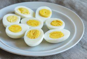 فوائد و اضرار البيض البلدي على الريق